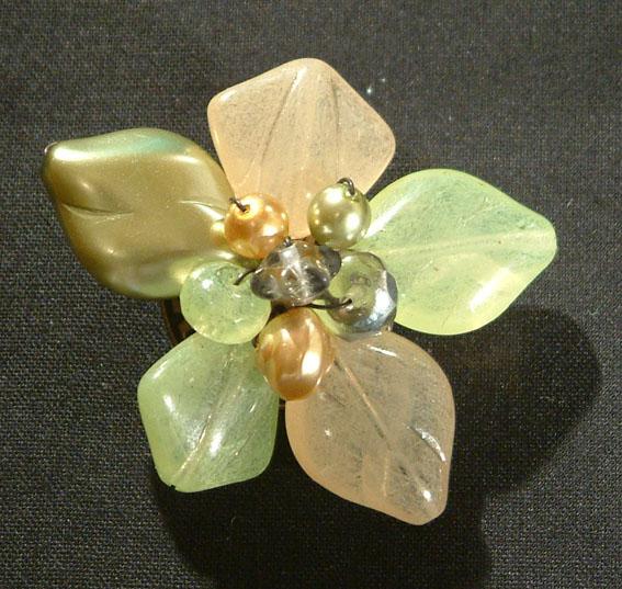 Virág bross üveggyöngyből - zöldes