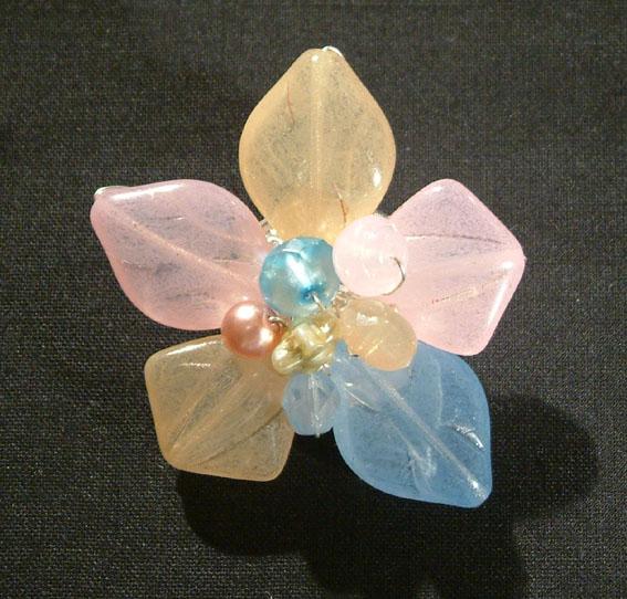 Virág bross üveggyöngyből - pasztell