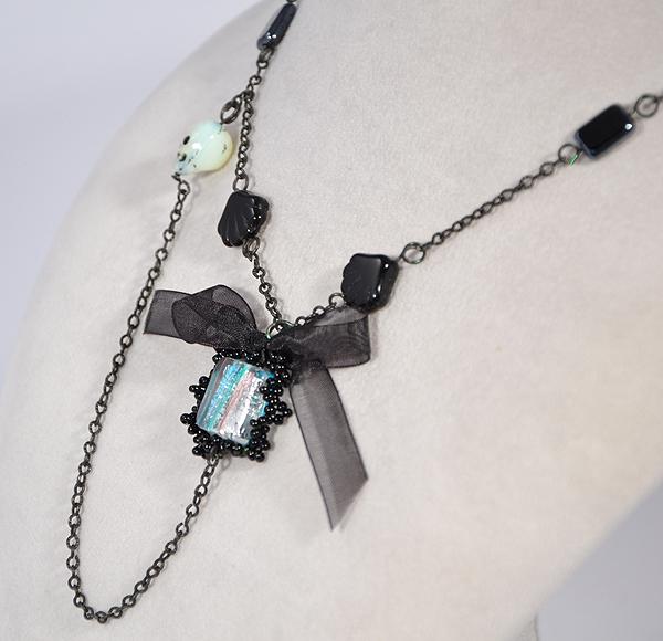 Extravagáns nyaklánc apró üvegkoponyával