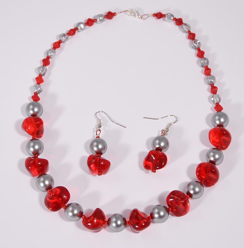 Nyaklánc ezüst és piros színű üveggyöngyökből