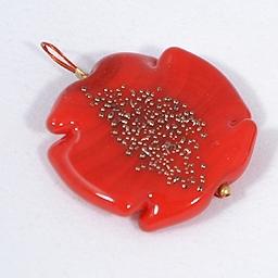 Piros virág alakú üvegmedál