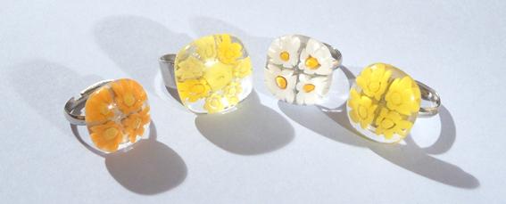 Egyedi üvegelemekkel díszített gyűrűk