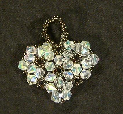 Szívecske kristályokból fűzve