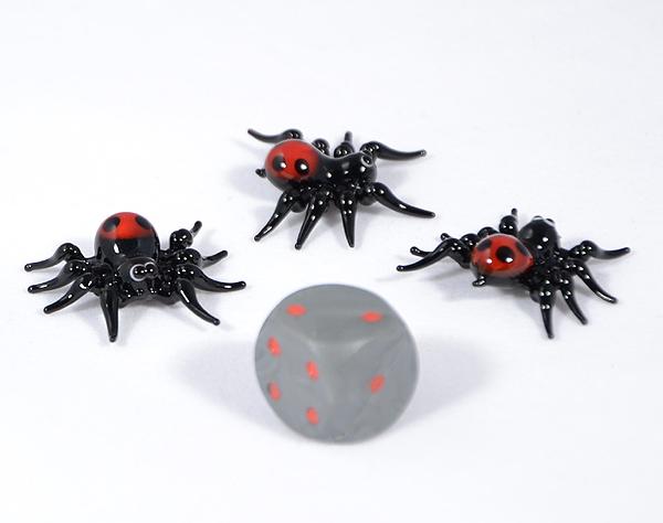 Pók piros popóval miniatűr üvegfigura - 1000 Ft