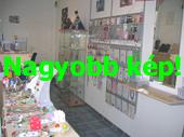 Az aprócska bolt belseje