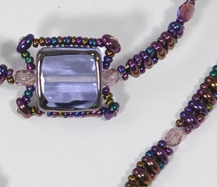 Egyedi üveggyöngy lila színű