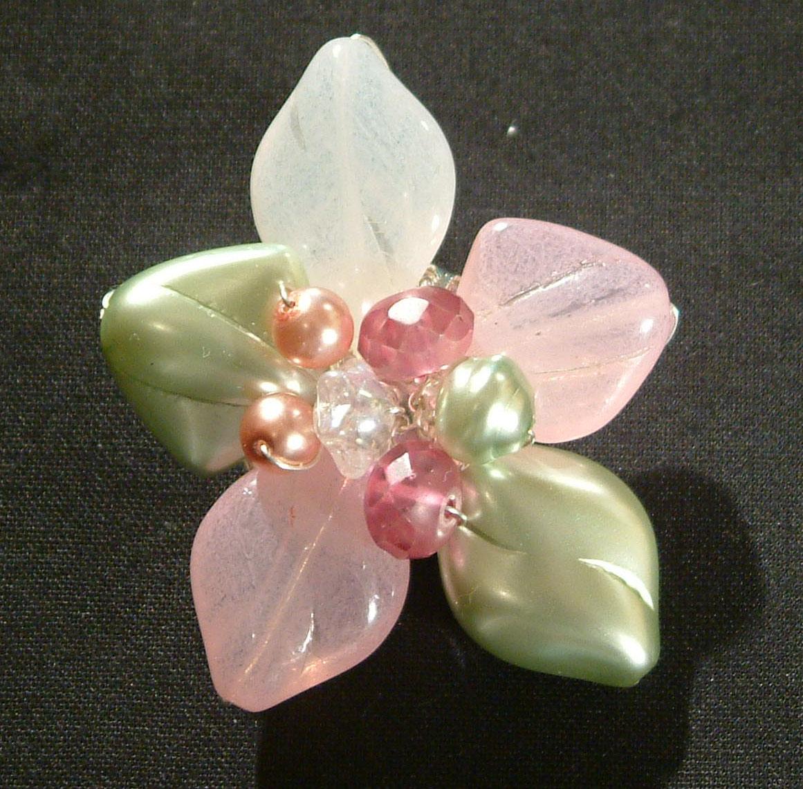 Virág bross üveggyöngyből - rózsazín és zöld