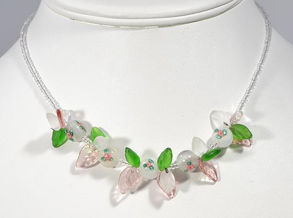 Nyaklánc rózsa mintás egyedi gyöngyökkel